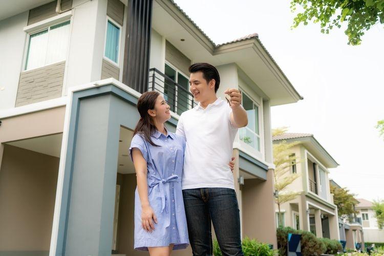 Ilustrasi pasangan milenial membeli rumah. Sumber: SHUTTERSTOCK/TRAVELPIXS via Kompas.com