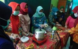 Proses pembuatan hand sanitizer oleh beberapa perwakilan anggota PKK / dokpri