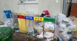 Tempat sampah yang memisahkan sampah plastik, kertas, styrofoam, botol/kaca, kaleng (Dokumentasi pribadi)