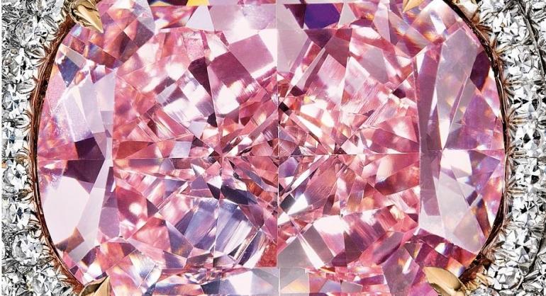 Berlian merah muda, sumber: buku Periodic Table Book - A Visual Encyclopedia, hlm. 144-145.