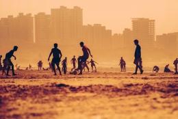 Pemandangan remaja bermain sepak bola di pantai (Pixabay.com)