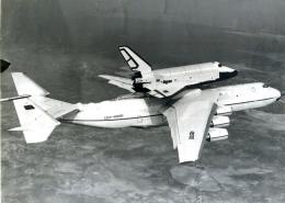 Pesawat ulang-alik Buran sedang digendong pesawat angkut An-225 sekitar tahun 1989. Sumber gambar: Vasiliy Koba/wikimedia.org