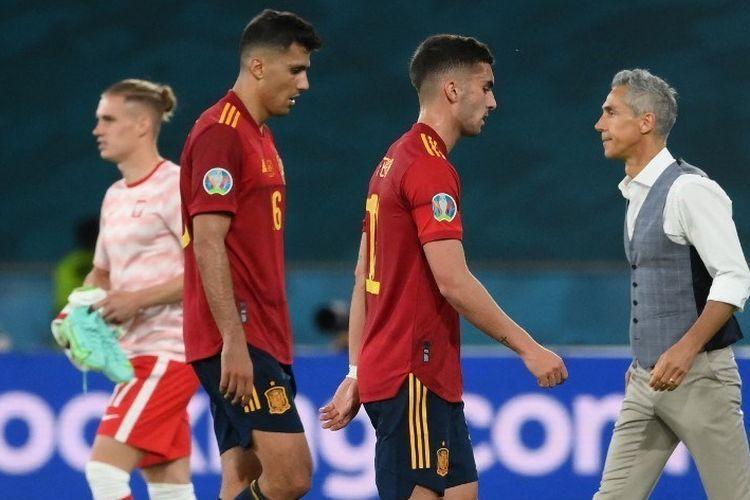 Pemain timnas Spanyol Rodri dan Ferran Torres berjalan keluar lapangan pada akhir laga Grup E EURO 2020 antara Spanyol dan Polandia di Stadion La Cartuja, Sevilla, pada Minggu (20/6/2021) dini hari WIB.(AFP/LLUIS GENE dipublikasikan kompas.com
