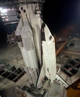 Buran di atas Roket Energia, terlihat sepasang roket booster berbahan bakar cair di sisi kanan dan kirinya. Sumber gambar: popularmechanics.com