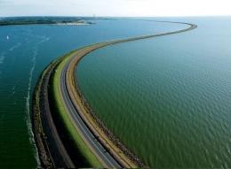 Houtribdijk sepanjang 30 kilometer antara kota Enkhuizen-Lelystad, sebuah proyek untuk membendung dan mengeringkan Zuiderzee Inlet. Credit: Snempaa