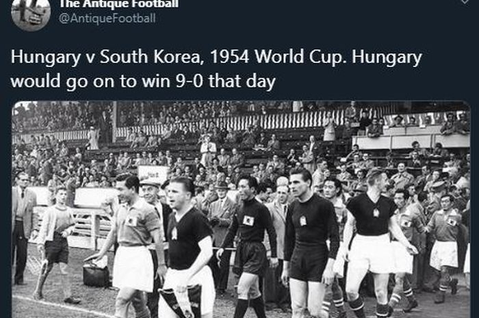 Tim nasional Hungaria saat melawan timnas Korea Selatan pada Piala Dunia 1954. (TWITTER.COM/ANTIQUEFOOTBALL via bolasport.com)