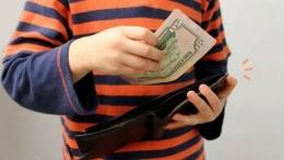 Ilustrasi Seorang Anak Mencuri Uang Orang Tuanya. Sumber Orami.com
