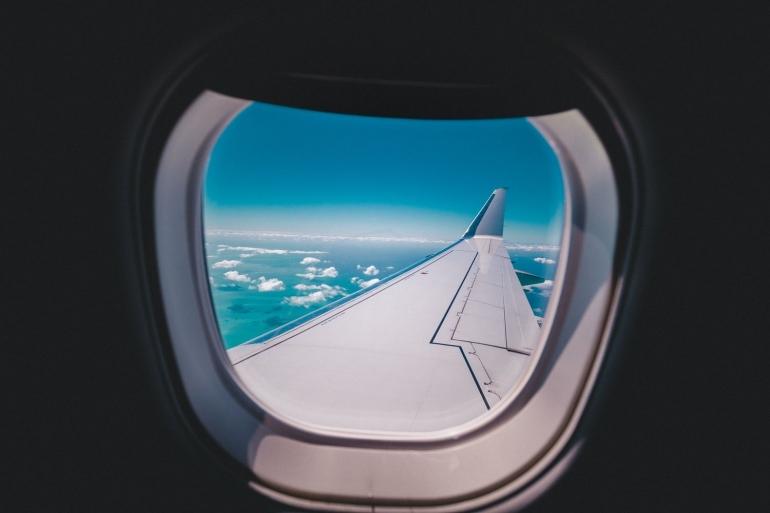 Musibah demi musibah yang dialami pesawat Comet membuat para ilmuwan mengubah bentuk jendela pesawat menjadi bundar (unsplash/Jacob Owens)