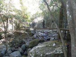 berjalan diatas jembatan gantung diatas sungai (dok pribadi)