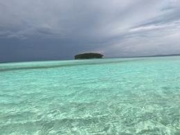 Air laut bening mengitari pasir timbul nyaman untuk berenang cantik (dok. pribadi)