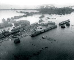 Banjir menenggelamkan kota pesisir di Belanda selama tahun 1953, menewaskan lebih dari 1.800 orang. Credit: U.S. Agency for International Development.