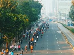 Gambar 1. Pesepeda meramaikan jalan sudirman-thamrin, saat itu masih belum diberlakukan CFD (14 Juni 2020). Sumber: dokumentasi pribadi