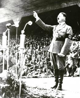 Adolf Hitler saat berpidato