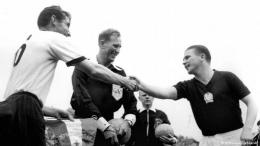 Fritz Walter dan Puskas sebelum laga (picturealliance/AP)