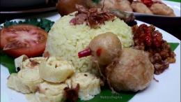 Sajikan nasi kuning bersama pelengkapnya.   Foto: Wahyu Sapta.