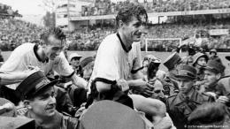 Fritz Walter menggondol Piala Jules Rimet ke tanah Jerman. (picturealliance/Baumann)