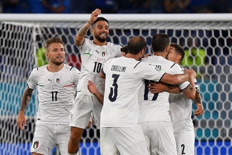 Pemain Italia merayakan gol ke gawang Turki di laga pembuka Euro 2020. Italia mampu membantai Turki 3-0, Sabtu (12/6/2021) dinihari WIB. Di babak grup Euro 2020, Italia mendapatkan hasil sempurna. foto: AFP/Filippo Monteforte dipublikasikan Kompas.com