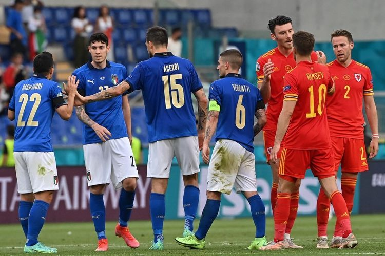 Para pemain usai pertandingan Grup A Euro 2020 Italia vs Wales di Stadion Olimpico, Roma, Italia, Minggu (20/6/2021) malam WIB. (AFP/ANDREAS SOLARO)