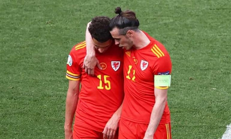 Gareth Bale menghibur Ethan Ampadu setelah bek itu diusir keluar lapangan di babak kedua. Foto: Ryan Pierse/AFP/Getty Images