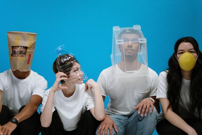 Ilustrasi sekelompok orang mengenakan berbagai pelindung wajah | pexels/cottonbro