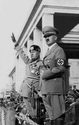 Adolf Hitler bersama Benito Mussolini