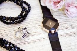 Aksesoris atau perhiasan kerap dijadikan alat penunjang penampilan seseorang.(Sumber: Pexel/Foto oleh Marta Branco)