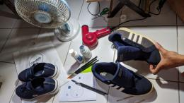 Dokpri : proses repaint sepatu.