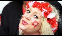 Gaya khas supporter Swiss. Sumber gambar ; AFP/Francois Lo Presti dalam bola.com