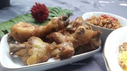 Ayam goreng pelengkap nasi kuning.   Foto: Wahyu Sapta.
