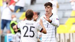Pemain muda Jerman, Kai Havertz merayakan golnya bersama Thomas Muller (Foto Skysports)