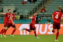 para pemain Swiss merayakan gol kemenangan atas Turki. Sumber gambar bola.net