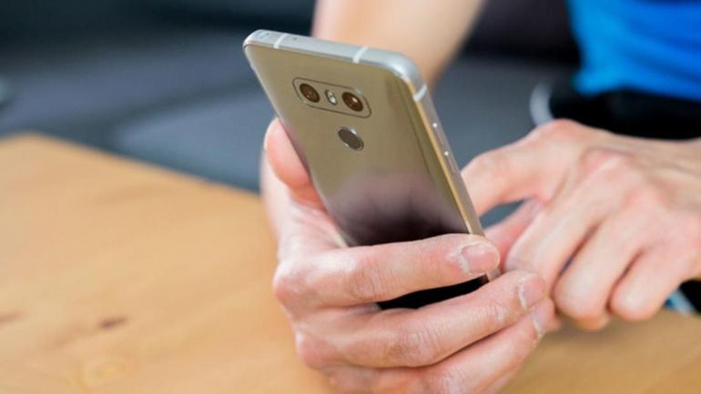 Ilustrasi seorang pekerja sedang memberi respons lambat, sumber: androidauthority.com