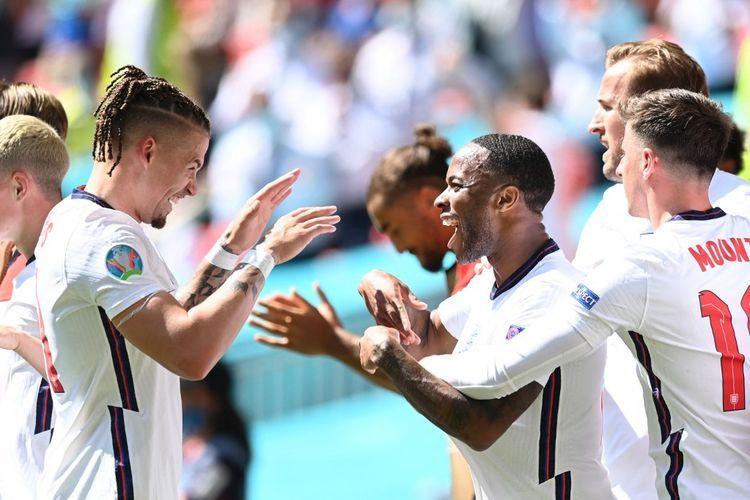 Para pemain timnas Inggris merayakan gol Raheem Sterling ke gawang Kroasia pada laga pembuka Grup D Euro 2020 di Stadion Wembley, London, Minggu (13/6/2021). (AFP/GLYN KIRK dipublikasikan kompas.com)
