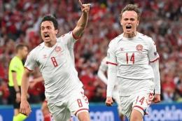 Penyerang Denmark, Mikkel Damsgaard (kanan), berselebrasi bersama rekannya setelah mencetak gol pada pertandingan Grup B Piala Eropa antara Rusia vs Denmark di Parken Stadium, Kopenhagen, Senin (21/6/2021) atau Selasa dini hari WIB.(JONATHAN NACKSTRAND/AFP)