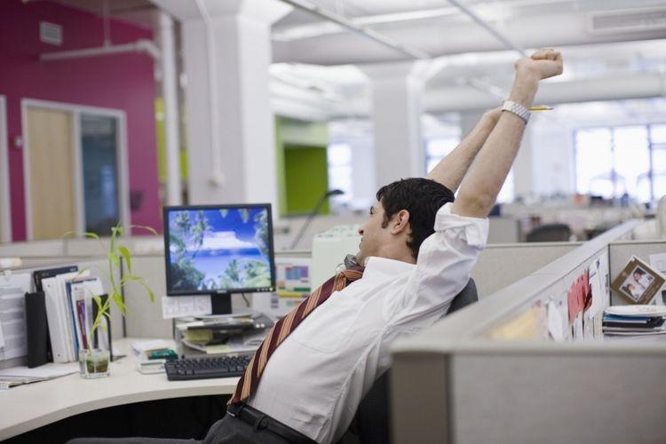 Ilustrasi melakukan peregangan ketika mulai merasa pegal saat bekerja. Sumber: ThinkStock/Todd Warnock via Kompas.com