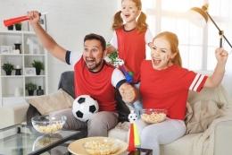 Ilustrasi nobar di rumah bersama keluarga (Dok. Shutterstock/ Evgeny Atamanenko)