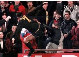 Tendangan kungfu Eric Cantona-Perancis saat membela MU. Sumber: Kompas.com