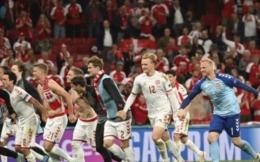 Pemain Timnas Denmark merayakan kemenangan atas Rusia. Doc Jonatan Nackstrand/AP