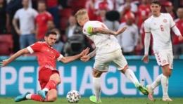 Duel sengit pemain Denmark dan Rusia. Doc REUTERS/Friedemann Vogel