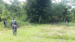 Fhoto:personil Satgas TMMD/N membersihkan lapangan bola bersama warga. (dokpri)