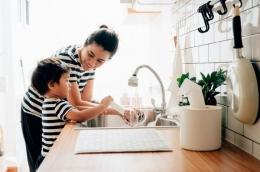 Ilustrasi mengajarkan anak mencuci piring setelah makan. Sumber: staticnak1983 via parapuan/Kompas.com