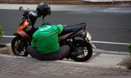 Seorang ojok online sedang memeriksa smartphone-nya (foto: widikurniawan)