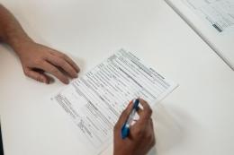 Ilustrasi tanda tangan kontrak kerja (Pexels)