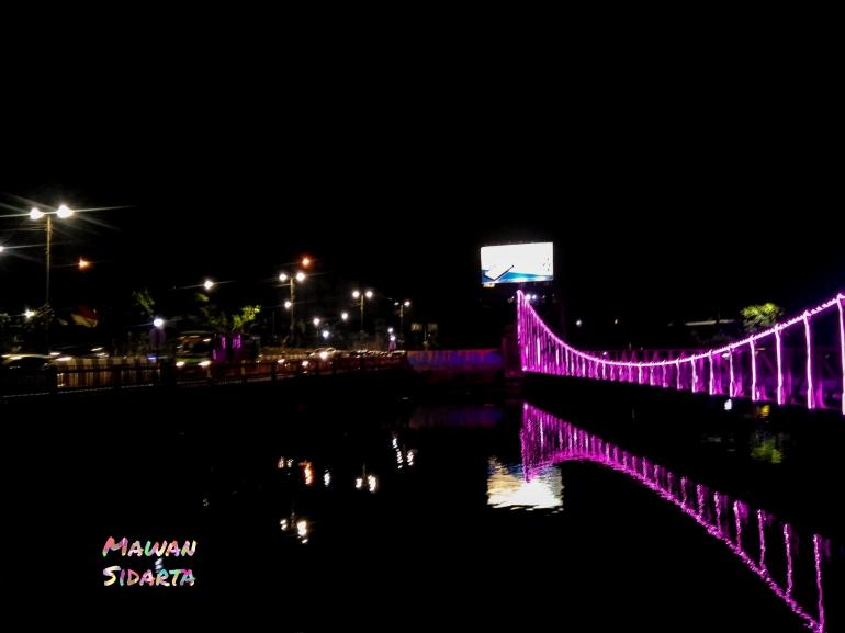 Sebuah ilustrasi, kawasan pipa air Wonokromo depan TIJ pada malam hari sebelum dilakukan pembangunan Jembatan Sawunggaling Surabaya (Dokumentasi Mawan Sidarta)