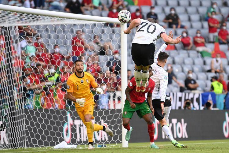 Robin Gosens Ketika Menyundul Bola dan Mencetak Gol untuk Kemenangan Jerman atas Portugal - Sumber : bola.kompas.com