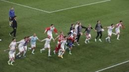 Kebahagiaan Denmark lolos ke babak 16 besar. ( AP/Hannah McKay)
