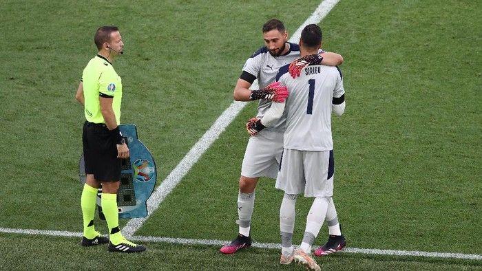 Timnas Italia melakukan penggantian kiper - Sumber: Getty Images/Ryan Pierse