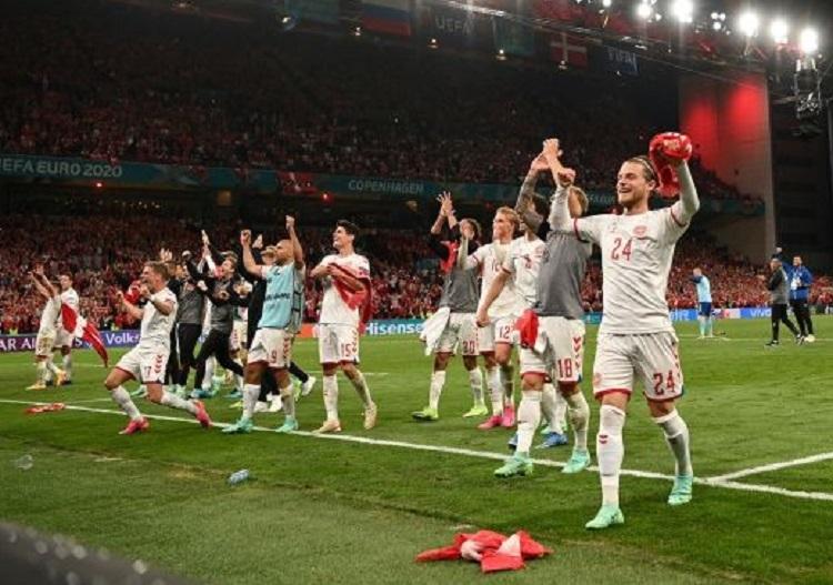 Selebrasi Tim Nasional Denmark setelah berhasil lolos ke babak 16 besar pada ajang Euro 2020. (Foto: Stuart FRANKLIN/AFP)