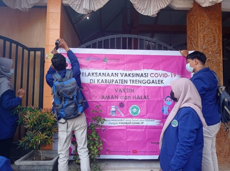 Gbr 1. Pemasangan Banner Vaksinasi