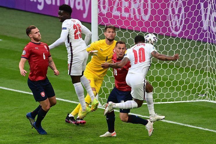 Penyerang Inggris, Raheem Sterling, saat membobol gawang Ceko pada laga pamungkas fase grup di Stadion Wembley, London, Rabu (23/6/2021) dini hari WIB.(NEIL HALL)